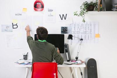 Der Freelancer bestimmt selbst, wann und wo er arbeitet. Allein seine Erfüllung von Aufträgen bestimmt seinen Tagesablauf, er entscheidet Tag für Tag, ob und was er tun möchte, um sein Geld zu verdienen.